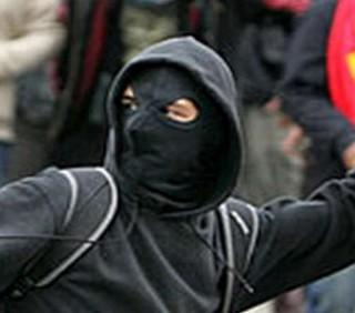 Mamma trentenne fra i black bloc: «Incendio SUV, sono anarchica»