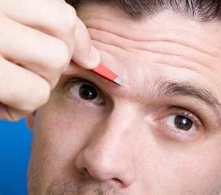 Sopracciglia maschili scolpite: attraenti o repellenti?