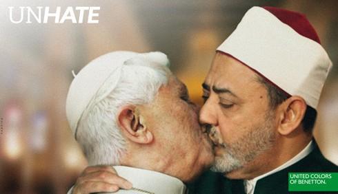 Papa Benedetto XVI: Benetton ritira il bacio gay