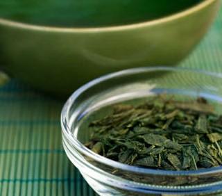 Abbassare il colesterolo? Basta bere il tè verde