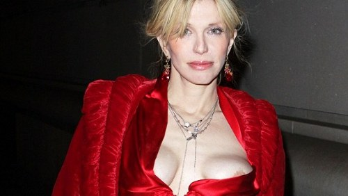Courtney Love, seno nudo per strada