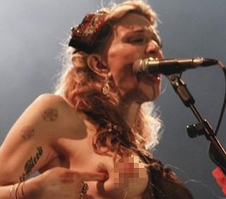 Courtney Love in topless al concerto brasiliano