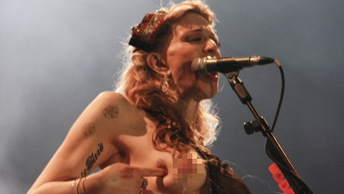 Courtney Love in topless al concerto brasiliano