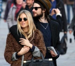 Sienna Miller e Tom Sturridge romantici a Venezia