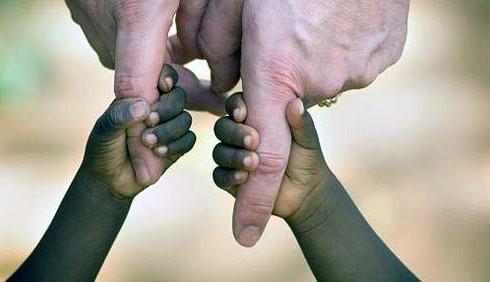 Niente adozione per genitori con preferenze razziali