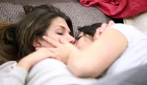 GF12: bacio saffico tra Floriana Messina e Chiara Giorgianni