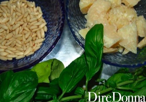 Per un ottimo pesto alla genovese: pinoli, parmigiano, basilico e olio d'oliva