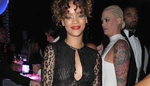 Rihanna: nuovo piercing al capezzolo