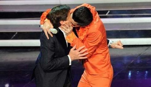 Sanremo 2012: Gianni Morandi e il bacio gay su Rai Uno
