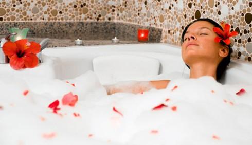 Relax in casa: bagno caldo con fiori per avere più energia