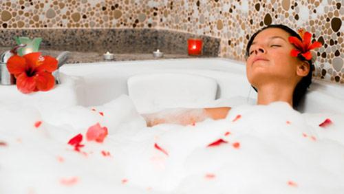 Relax bagno caldo con fiori per avere pi energia - Bagno caldo dopo mangiato ...
