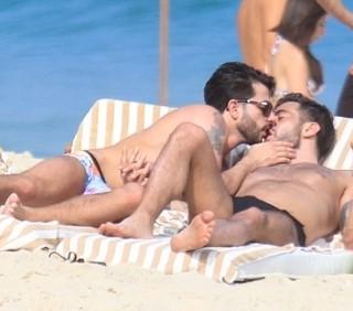Marc Jacobs sexy in spiaggia con il compagno Harry Louis
