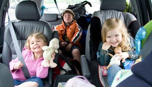 Bimbi in auto: un genitore su 2 distratto alla guida