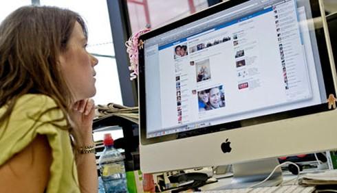 Schiavi di Facebook? Non in ufficio