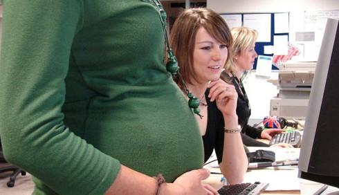 Lavoro e gravidanza: troppe ore in piedi danneggiano il feto
