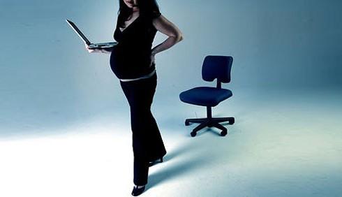 Lavoro negato a una donna incinta, è polemica