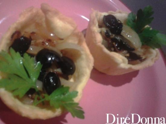 Pasta brisè con condimento di cipolla e olive