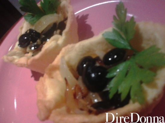 Tartellette cipolle e olive nere
