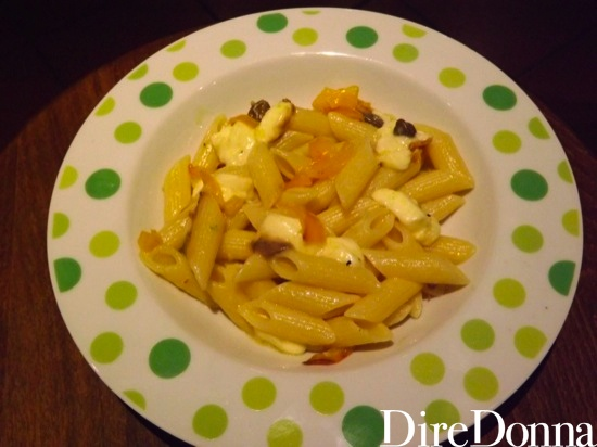 Penne servite con peperoni e mozzarella