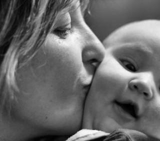 Mamme troppo affettuose: quali i rischi?