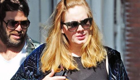 Adele mostra il pancione