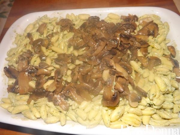 Pasta con funghi sopra