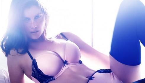 H&M: Laetitia Casta protagonista della campagna per la lingerie
