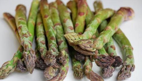 Troppo cibo e alcol? Mangia gli asparagi