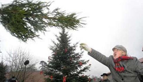 Arrivano i campionati di lancio dell'albero di Natale