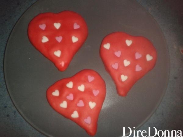 Cuoricini di biscotto rosso