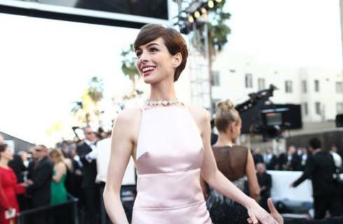Anne Hathaway, fuga di seno agli Oscar 2013
