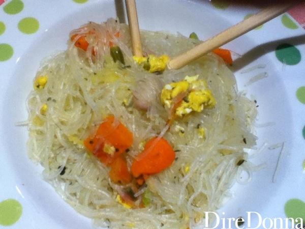 Spaghetti di soia con verdure e uova