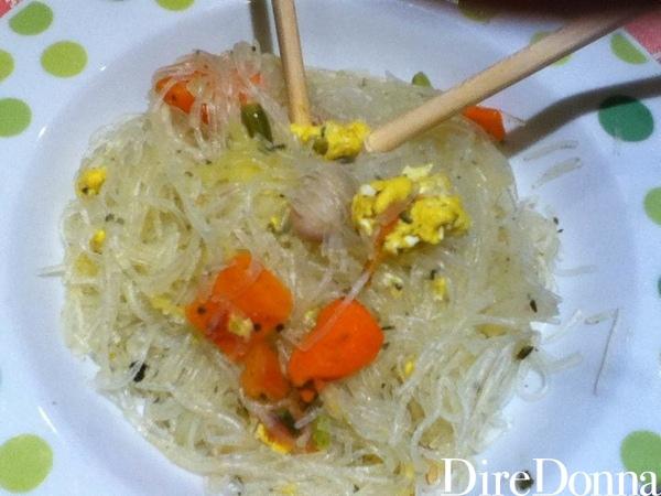 Spaghetti di soia con verdure e uova serviti
