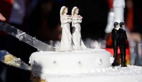 Matrimoni gay: Parigi e Londra dicono sì