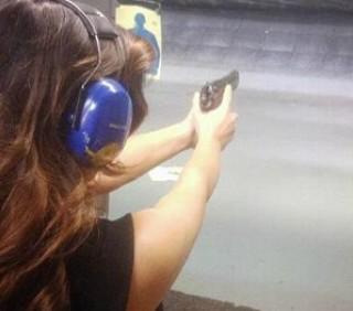 Kim Kardashian con pistola: i fan si offendono