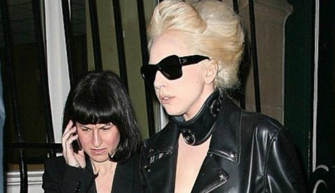 Lady Gaga obbliga l'assistente a dormire con lei