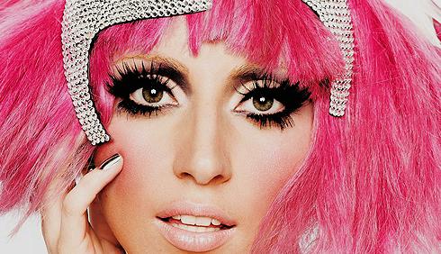 Lady Gaga e i manichini pelosi rosa