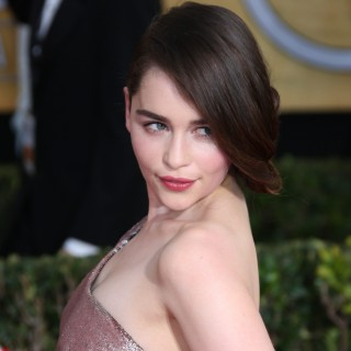 Emilia Clarke Game of Thrones: la sexy madre dei draghi batte Miley Cyrus, è lei la più desiderata