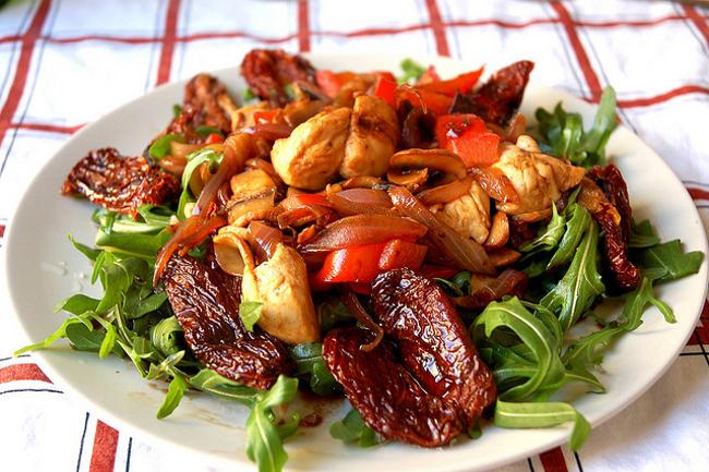 Cucinare d 39 estate insalata di pollo e melagrana piatto for Cucinare estate