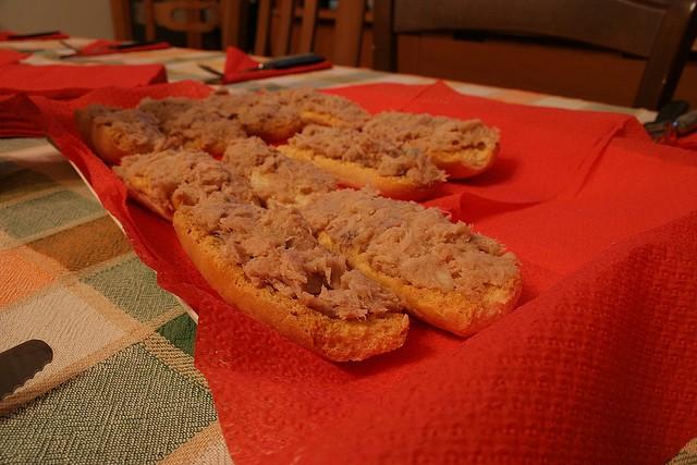 Cucinare d 39 estate crostini di tonno fresco per un gustoso antipasto diredonna - Cucinare tonno fresco ...