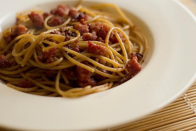 Cucinare d 39 estate spaghetti con cipolle e prosciutto for Cucinare estate