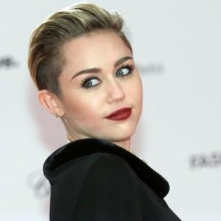 Miley Cyrus Mac Cosmetics: la popstar testimonial del rossetto Viva Glam, le immagini