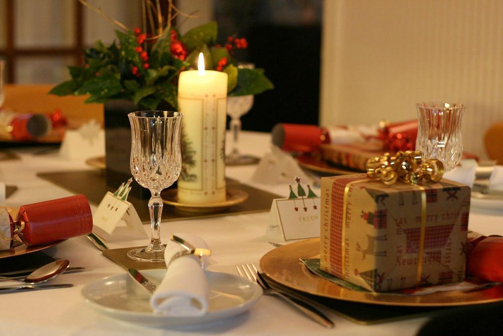 Apparecchiare la tavola di natale idee originali diredonna for Tovaglie natalizie ikea
