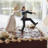 Cake toipper divertente con lo sposo che scappa via