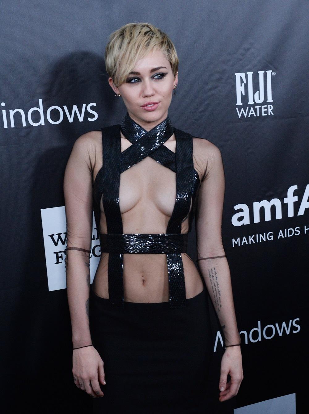 Nude look, gli abiti trasparenti delle star