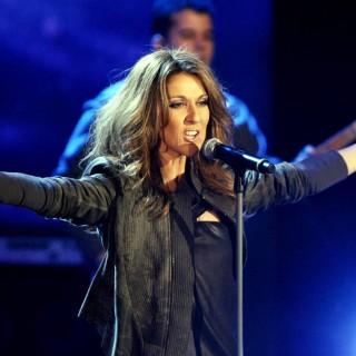 Celine Dion torna sul palco e canta per il marito