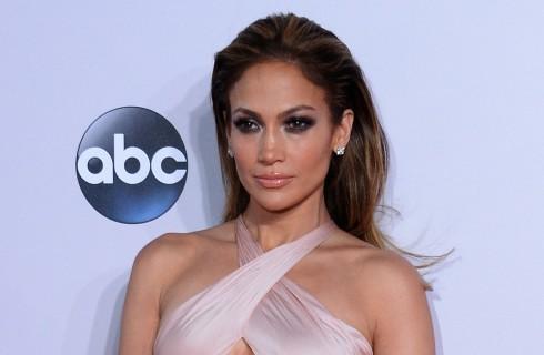 Jennifer Lopez incanta con l'abito che si trasforma