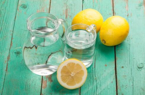 16 benefici del bere acqua e limone al mattino