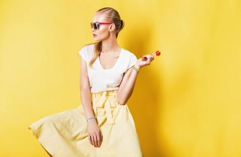 Gonna gialla: 10 outfit per tutte le occasioni