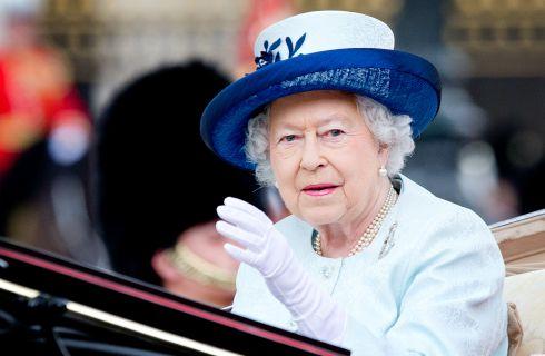 Vizi e gaffe della Regina Elisabetta II rivelati in un libro